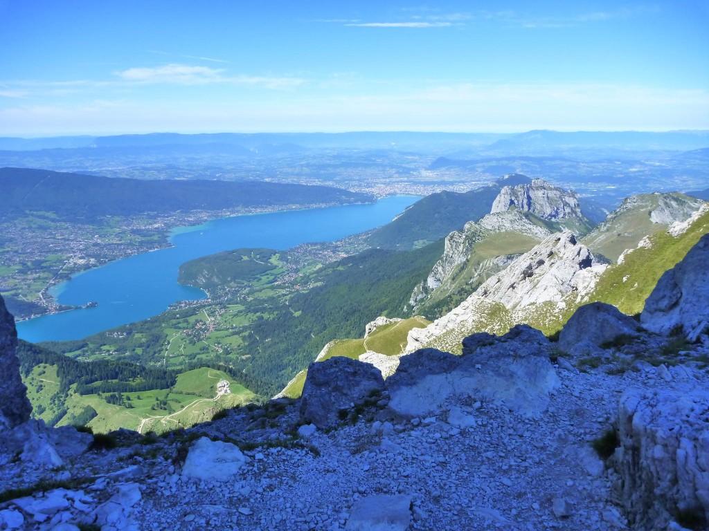 Le zoli lac d'Annecy vu d'en haut.