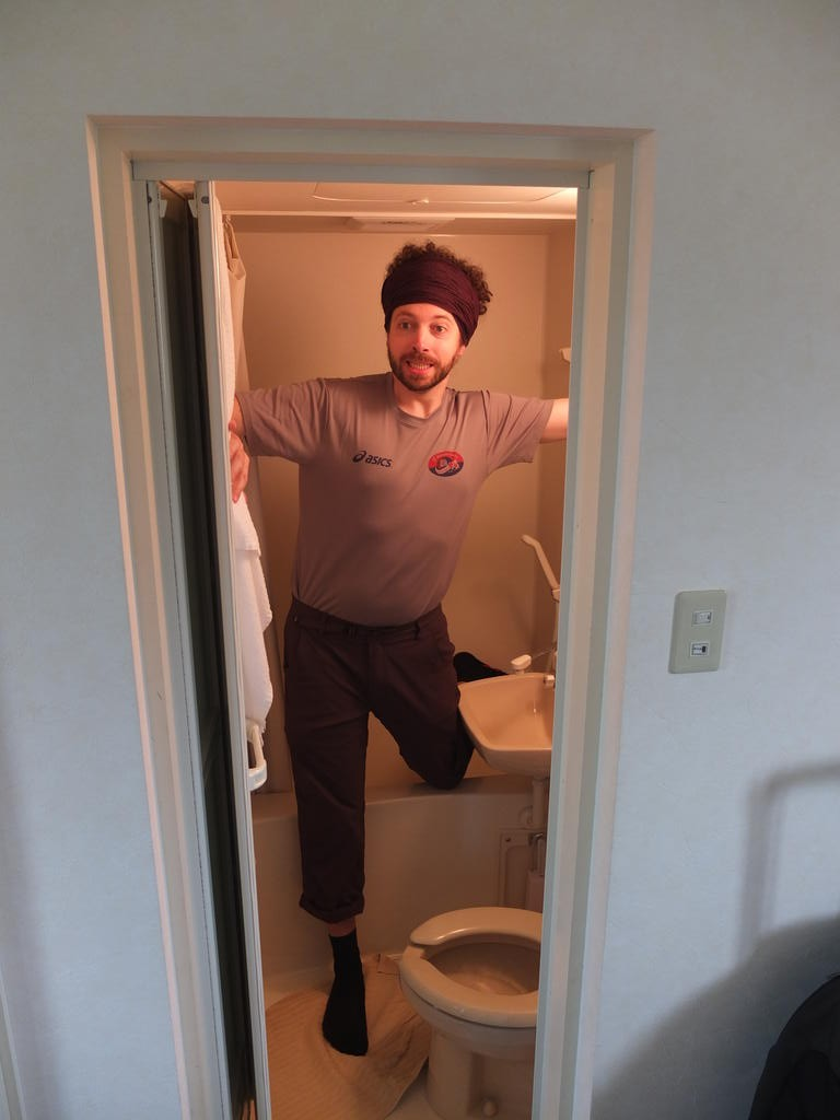 Un peu étroite la salle de bain, siège de toilette normal...